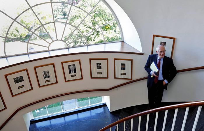 Оливер Харт с 1980-х годов работает в США, где преподавал в Массачусетском технологическом институте. Является профессором экономики в Гарвардском университете; эксперт по теории контрактов, теории фирмы, корпоративных финансов, а также права и экономики. В сфере его научных интересов - изучение влияния структуры собственности и договорных механизмов на управление корпорациями. В 80-е годы 20 века он разработал одну из областей теории контрактов - теорию неполных контрактов.
