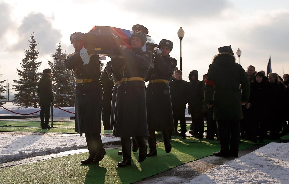 Похороны погибших при крушении самолета Ту-154 на Федеральном военном мемориальном кладбище в подмосковных Мытищах