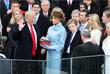 Президент США Дональд Трамп приносит присягу на двух Библиях