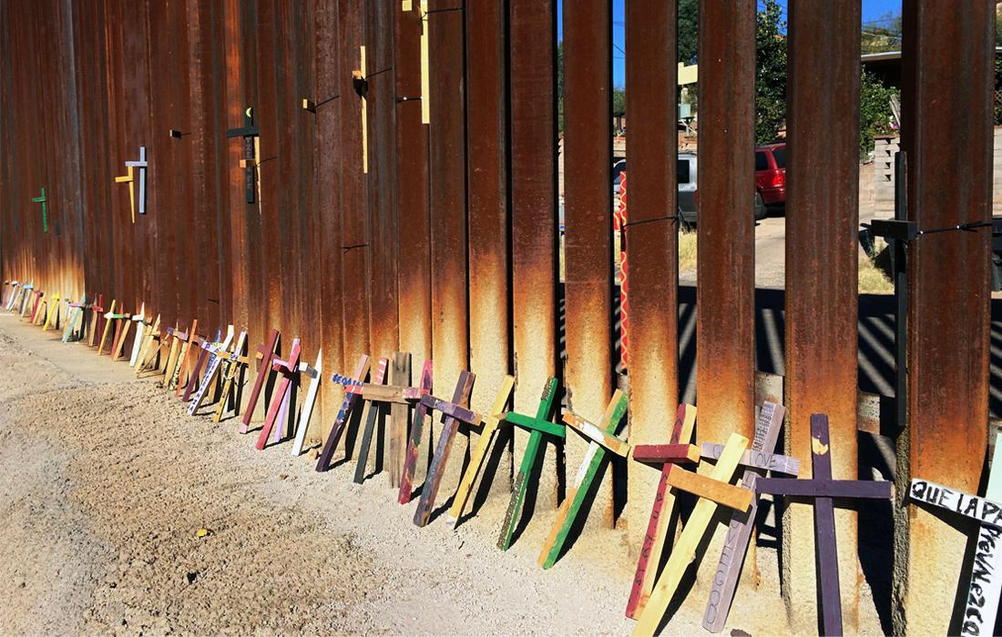 Деревянные кресты в мексиканском городе Ногалес в память о мигрантах, которые погибли, пересекая границу с США