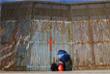Мексиканка общается с родственниками по ту сторону границы в Тихуане
