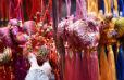 Украшения в честь года огненного петуха в Чайнатауне в Лондоне
