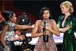 """Американская актриса Тараджи Хенсон (в центре) принимает награду за роль в фильме """"Скрытые фигуры"""""""