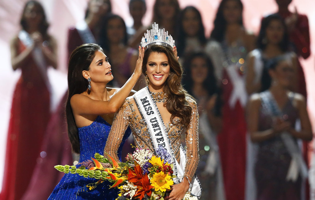 """Обладательница титула """"Мисс Вселенная-2016"""" принимает корону из рук победительницы 2015 года - филиппинки Пии Вуртцбах"""