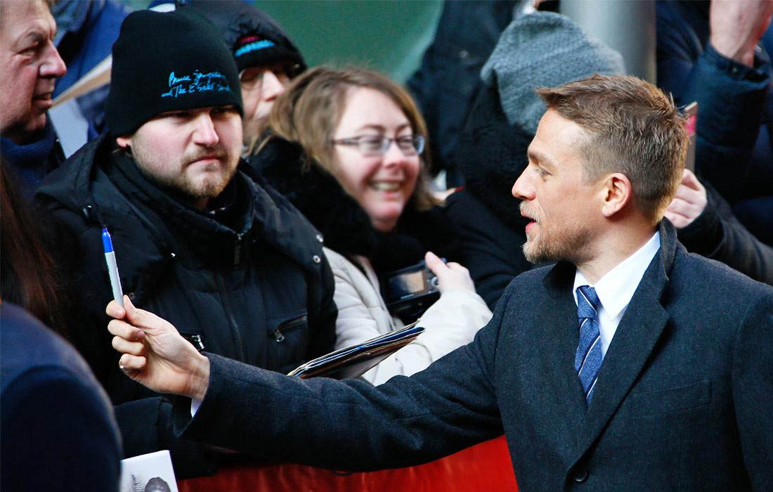Британский актер Чарли Ханнэм раздает автографы на Берлинале