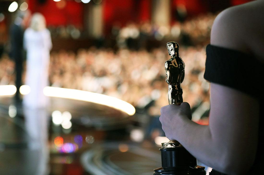"""Фильм """"Ла-Ла Ленд"""", лидировавший по общему числу номинаций (14) завоевал шесть наград, уступив главную статуэтку """"Лунному свету"""". Церемония запомнится оплошностью при вручении этой премии (за лучший фильм), когда ведущим дали конверт с победителем в другой номинации."""