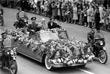 Кортеж с 1-м секретарем ЦК КПСС Никитой Хрущевым (в центре) и космонавтами Валерием Быковским и Валентиной Терешковой движется по улицам Москвы. Июнь 1963 года.