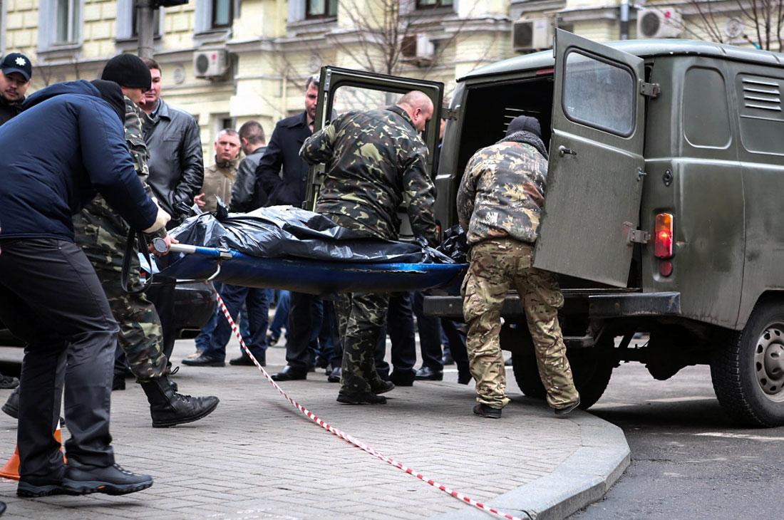 Судмедэксперты увозят тело погибшего с места происшествия