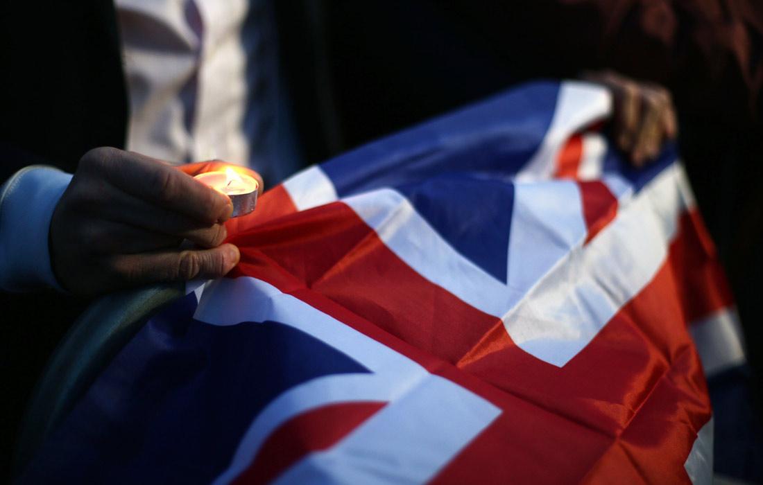 Участник акции в память о жертвах теракта в Лондоне