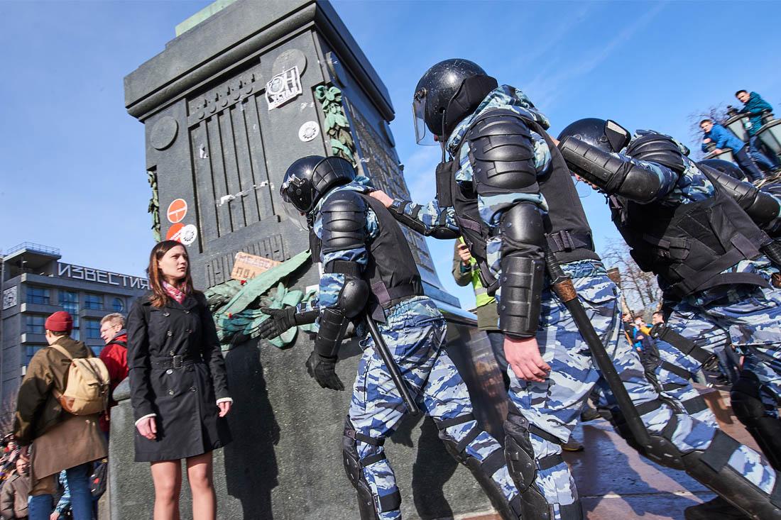 В ходе акции сотрудники полиции выборочно задерживали активистов, оттесняли участников акции от Тверской