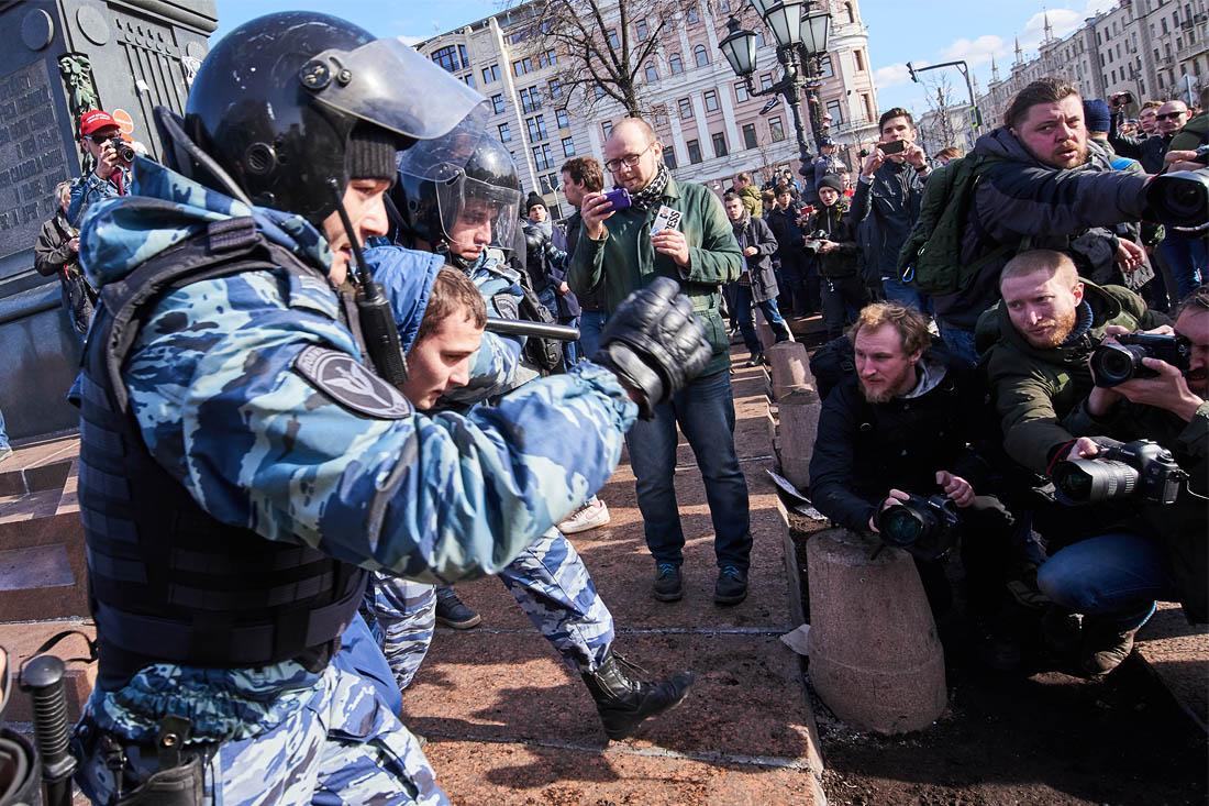 """Полиция устанавливает лиц, распыливших газ во время проведения несанкционированной акции в центре Москвы, рассказали также """"Интерфаксу"""" в столичном главке. """"При проведении несогласованного публичного мероприятия на Тверской улице города Москвы неизвестными лицами на Пушкинской площади был распылен газ раздражающего действия"""", - говорится в сообщении"""