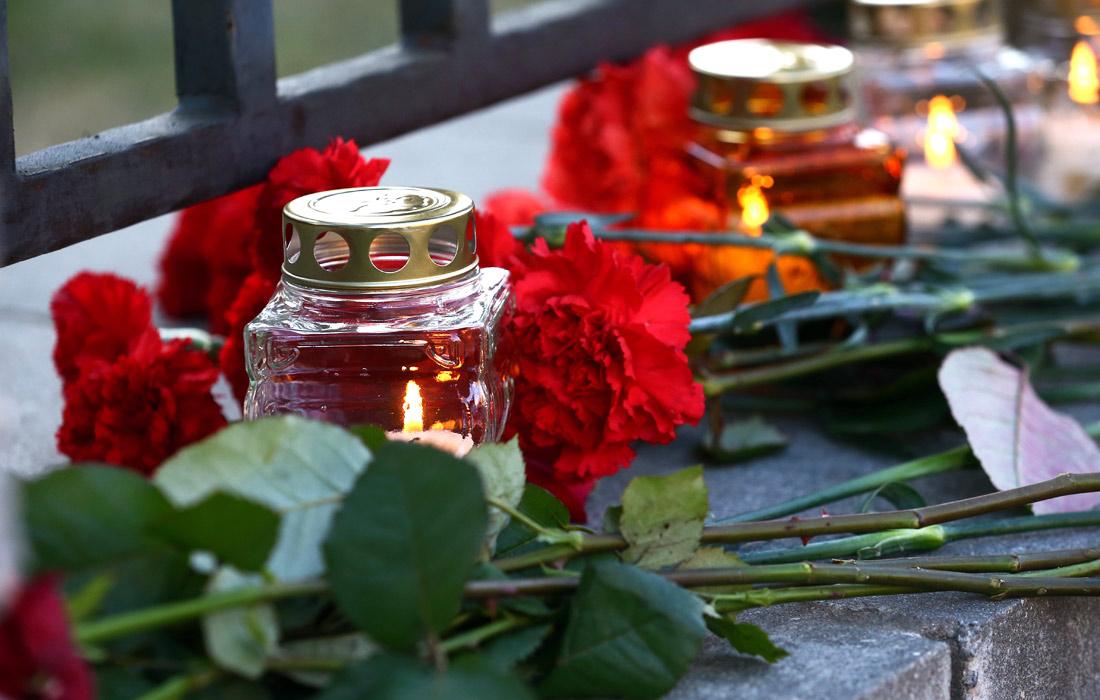 Стихийный мемориал возле российского посольства в Минске
