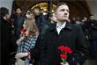 Жители Москвы во время возложения цветов к мемориалу города-героя Ленинграда у Могилы Неизвестного Солдата в Александровском саду