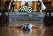 Покаяние филиппинца в церкви города Мандалуйонг