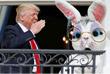 Перед началом мероприятия президент США Дональд Трамп в сопровождении пасхального кролика поприветствовал гостей с балкона Белого дома