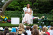 Среди прочих развлечений дети могли послушать сказки, одну из которых прочитала первая леди США Мелания Трамп