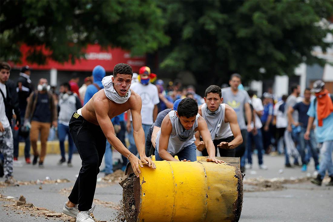 Венесуэльская оппозиция обвиняет президента страны в диктаторстве, в частности, в игнорировании законов, заключении под стражу политических оппонентов и давлении на судебные органы