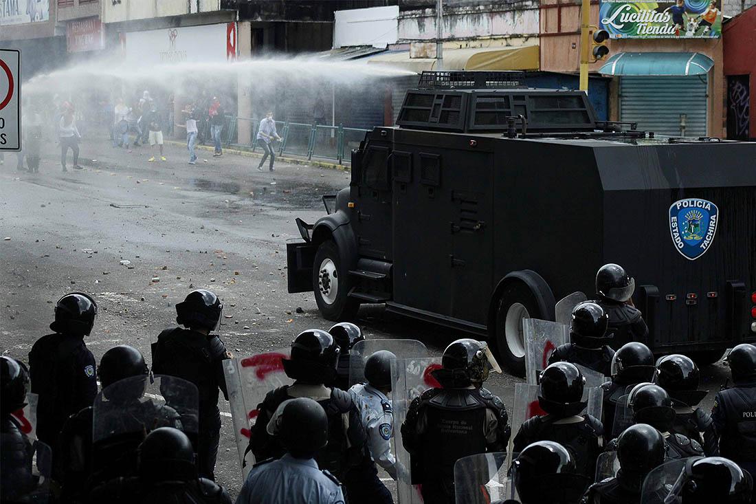 Сторонники Мадуро вышли на манифестацию в ответ на марш оппозиции. Госсекретарь США Рекс Тиллерсон обвинил президента Венесуэлы в нарушении конституции страны.