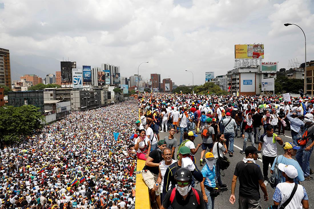 Протестующие начали шествия из 26 точек столицы по направлению к зданию местного Управления по правам человека. Демонстранты намерены добиться полного восстановления прав парламента Венесуэлы, большинство членов которого являются представителями оппозиции.