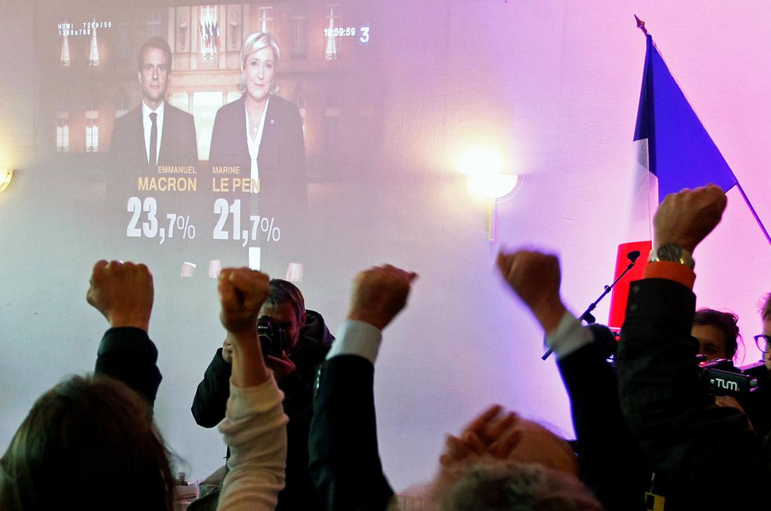 """За Эммануэля Макрона проголосовали 23.75% избирателей. Лидер ультраправого """"Национального фронта"""" Марин Ле Пен набрала 21,53%. На третьем месте - кандидат от партии """"Республиканцы"""" Франсуа Фийон (19,91%), на четвертом - Жан-Люк Меланшон (движение """"Непокоренная Франция"""", 19,64%). Пятое место занял кандидат от социалистов Бенуа Амон с 6,35% голосов. Остальные кандидаты остались далеко позади."""