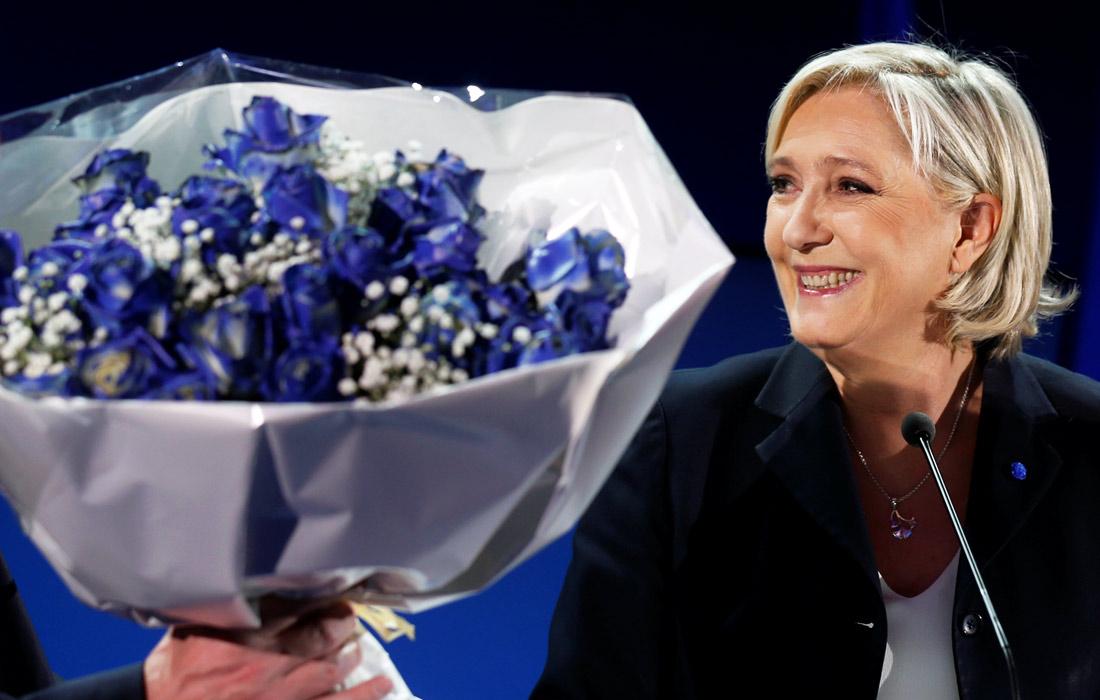 """Марин Ле Пен назвала историческим событием ее выход во второй тур голосования и призвала """"всех патриотов"""" проголосовать за нее. Ле Пен пообещала в случае избрания """"освободить французский народ от наглой элиты"""" и противостоять бесконтрольной глобализации и вызванным этим явлением проблемам, таким как приток во Францию иммиграции и отток рабочих мест."""