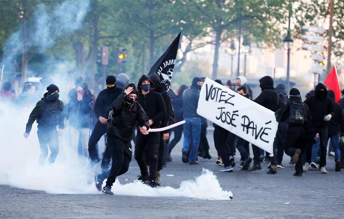 После первого тура выборов во Франции на улицы Парижа вышли несколько сотен молодых людей, недовольных результатами выборов. Они бросали в сотрудников полиции бутылки и петарды. Кроме того, протестующие разбили стекла нескольких автомобилей и витрины магазинов. В результате шесть полицейских получили травмы, также пострадали трое участников акций протеста. Правоохранительные органы задержали 29 человек.