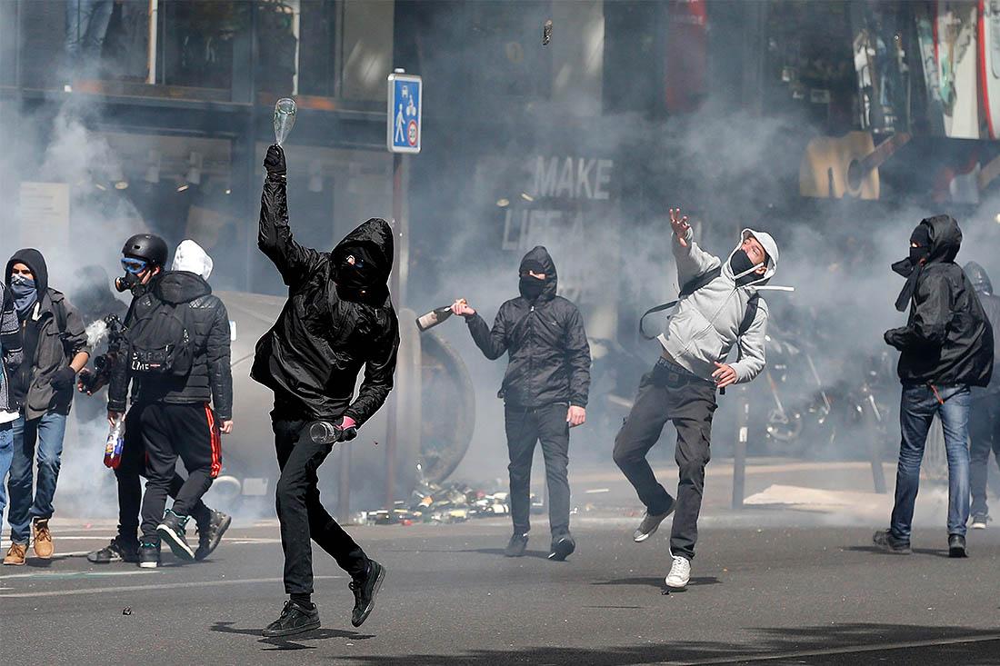 Участники протестов бросали в сотрудников полиции камни и бутылки