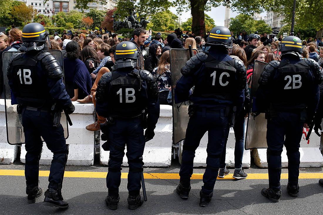 Группы молодых людей протестовали прямо перед зданиями учебных заведений, в результате чего вход в некоторые учебные заведения был полностью или частично блокирован