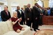 В феврале поведение советника президента США Келлиэнн Конуэй затмило итоги встречи Дональда Трампа с руководителями вузов и колледжей для афроамериканцев. В фотоотчеты с мероприятия попал снимок, на котором Конуэй забралась с ногами на диван в Овальном кабинете. Пользователи посчитали такое поведение помощницы Трампа развязным и неподобающим для официального лица. Позже Конуэй пояснила, что она искала нужный ракурс для фотографии.