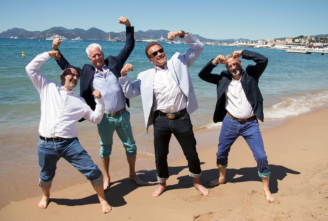 """Режиссер Жан-Жак Мантелло (слева), актер Арнольд Шварценеггер (второй справа), сценарист и продюсер Франсуа Мантелло (справа) представляют фильм """"Чудеса океана"""""""
