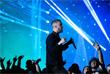 Солист группы Imagine Dragons Дэн Рейнольдс во время исполнения песни Believer