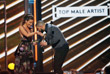 Труимфатор церемонии Billboard Music Awards рэпер Drake принимает награду из рук актрисы Кейт Бекинсейл