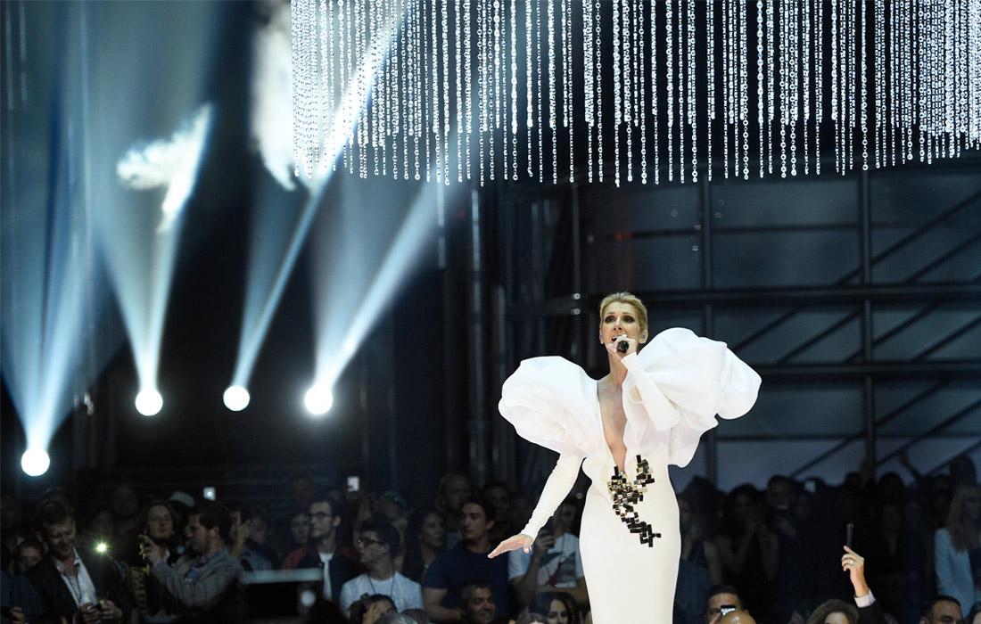 Певица Селин Дион исполняет песню My Heart will Go On