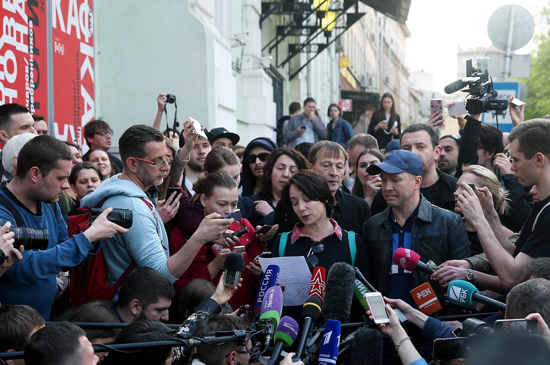 Актеры Чулпан Хаматова и Евгений Миронов (в центре на первом плане)