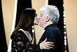 Ведущая церемонии закрытия Моника Беллуччи на этот раз одарила поцелуем председателя жюри режиссера Педро Альмадовара