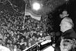 Министр иностранных дел Германии Ханс-Дитрих Геншер и канцлер Германии Гельмут Коль выступают перед стотысячной толпой людей после падения Берлинской стены. Ноябрь, 1989 год.