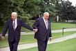 Борис Ельцин и канцлер ФРГ Гельмут Коль (слева направо) во время прогулки по территории Ведомства федерального канцлера в Бонее Июнь, 1998 год.