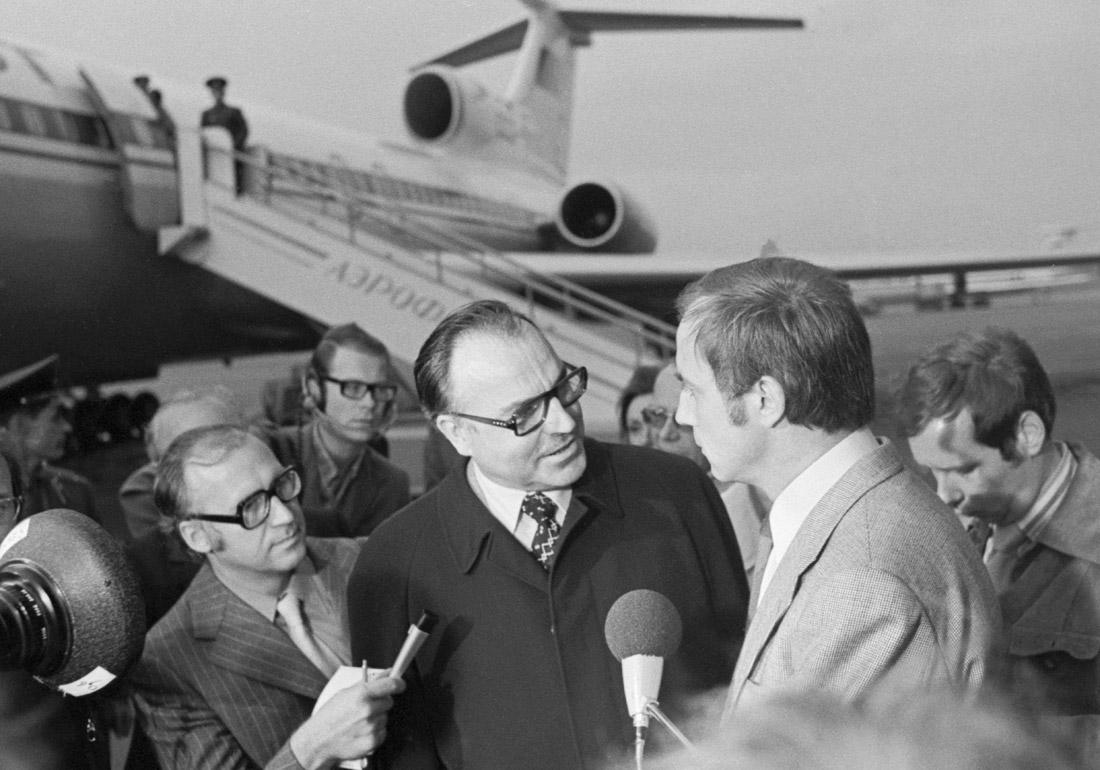 Премьер-министр земли Рейнланд-Пфальц Гельмут Коль (в центре) дает интервью во время встречи в аэропорту Шереметьево. Сентябрь, 1975 год.