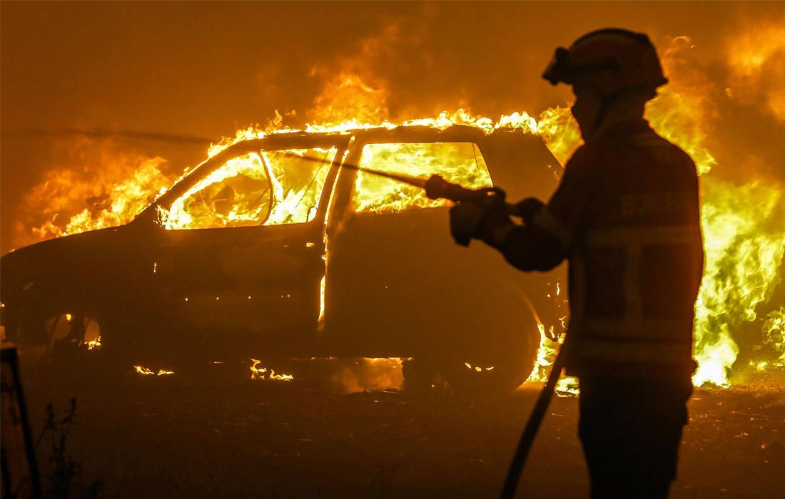 Пожар распространился в лесах округа Лейрия в центральной части страны, преимущественно в районе поселка Педроган-Гранди