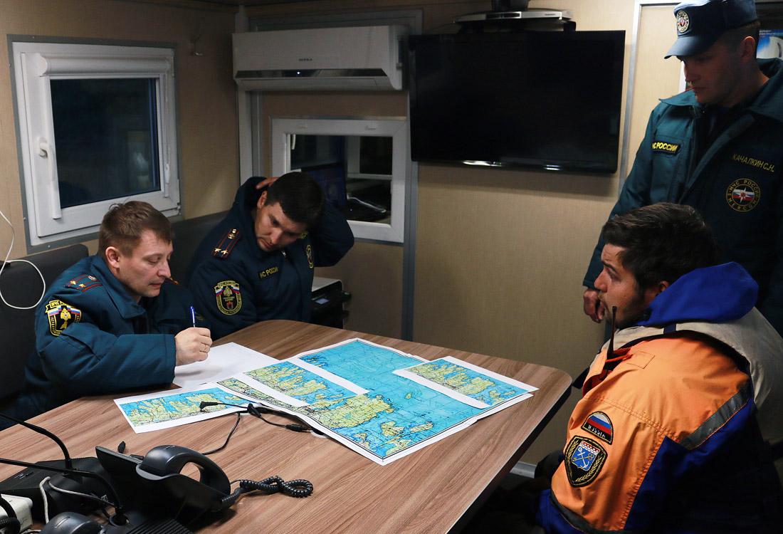 На месте ЧП работают инспекторы отдела Государственной инспекции по маломерным судам, сотрудники карельской поисковой службы, а также волонтеры