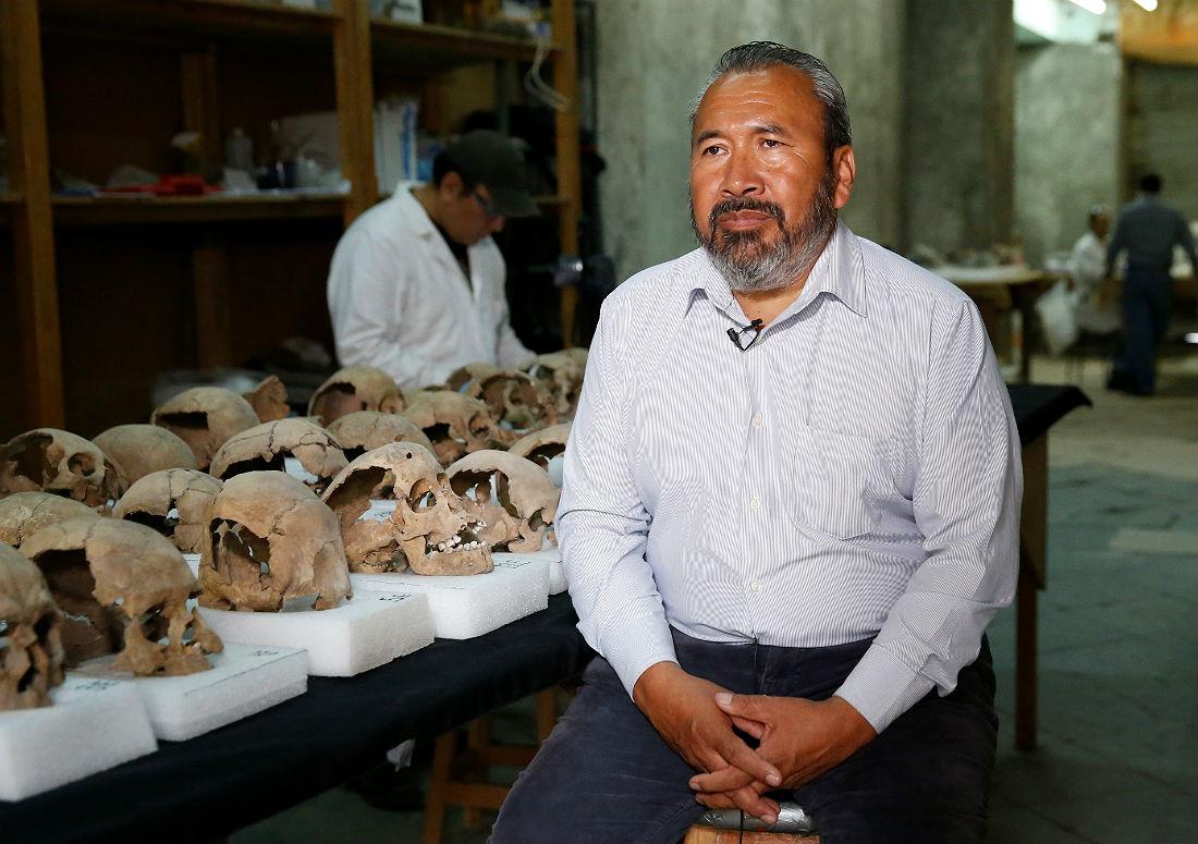 По словам археолога Рауля Барреры (на фото), черепа были уложены в форме башни и скреплены раствором после того, как какое-то время демонстрировались на цомпантли.