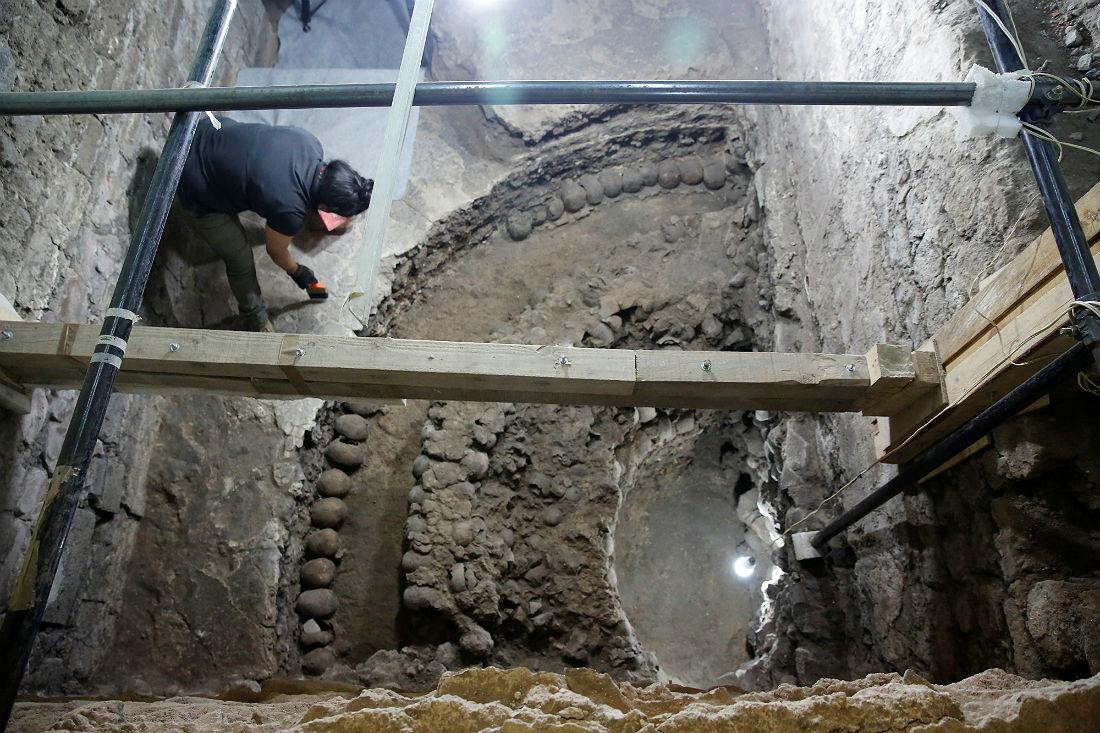 Основание башни составляет примерно шесть метров, причем до ее основания археологи пока не добрались. Она расположена в части храма, посвященной богу Уицилопочтли - богу солнца, войны и человеческих жертвоприношений.
