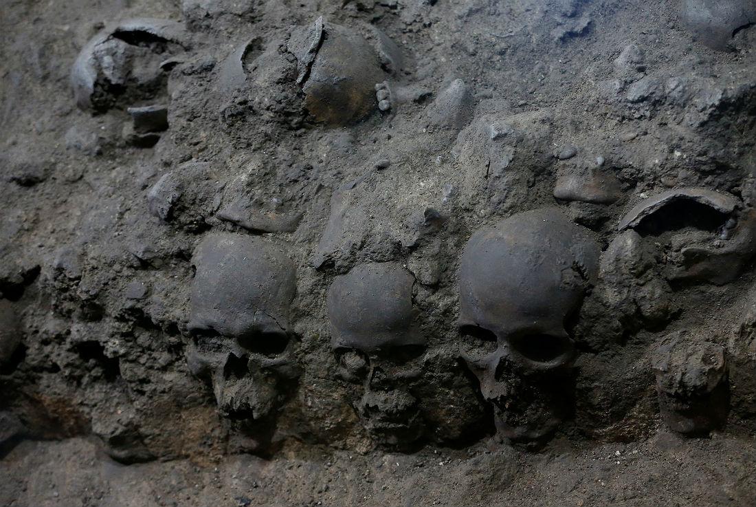 Сооружения из человеческих черепов упоминались в отчетах конкистадора Андреса де Тапии, который был приближенным Кортеса. В одном из документов он пишет, что насчитал десятки тысяч черепов в подобном сооружении. Оно считается главным цомпантли Теночтитлана. Пока найдено 676 черепов, но археологи считают эти цифры неокончательными.