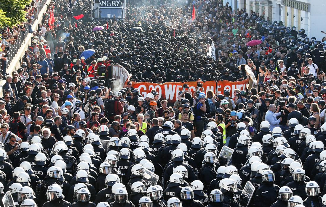 """Собравшиеся участники демонстрации начали движение на западе Гамбурга, планируя пройти маршем через город. Антиглобалисты встречали участников саммита лозунгом """"Добро пожаловать в ад""""."""