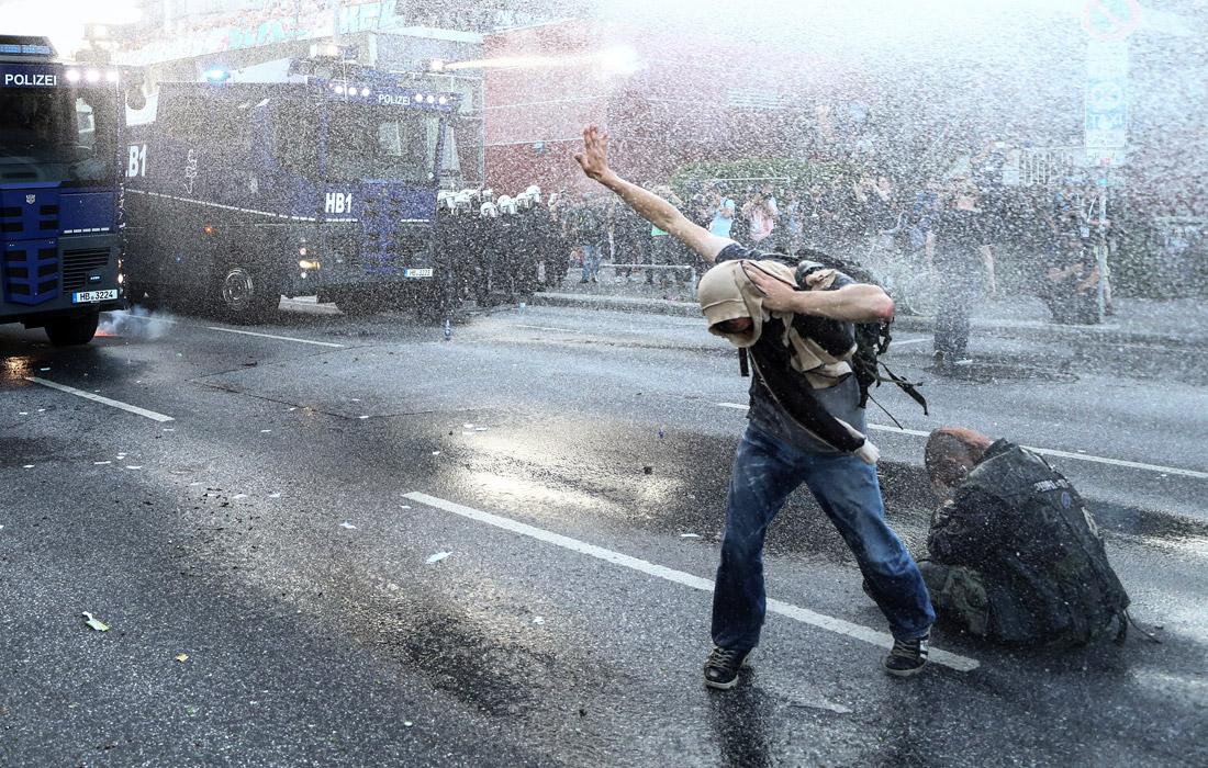 Мирное шествие, в котором приняло участие от 6 до 8 тыс. человек, переросло в столкновения манифестантов с полицией