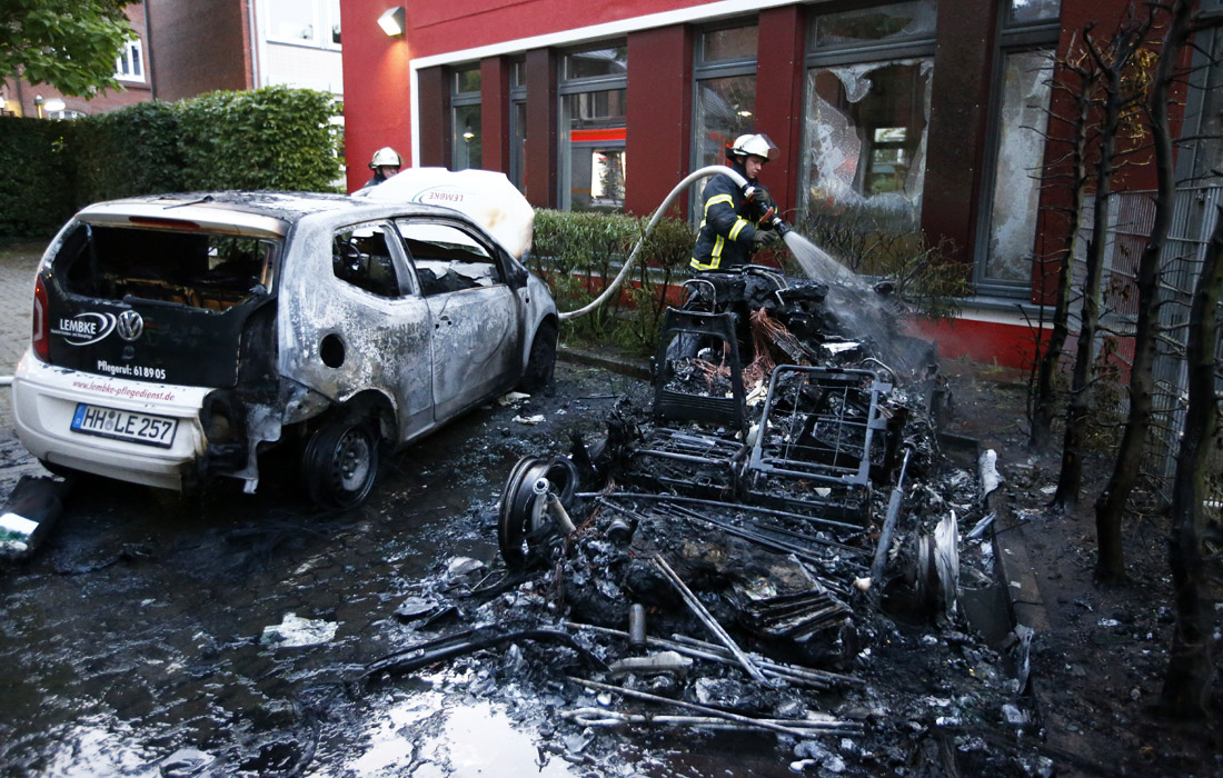 Участники манифестаций нанесли значительный ущерб припаркованным автомобилям и магазинам в Гамбурге