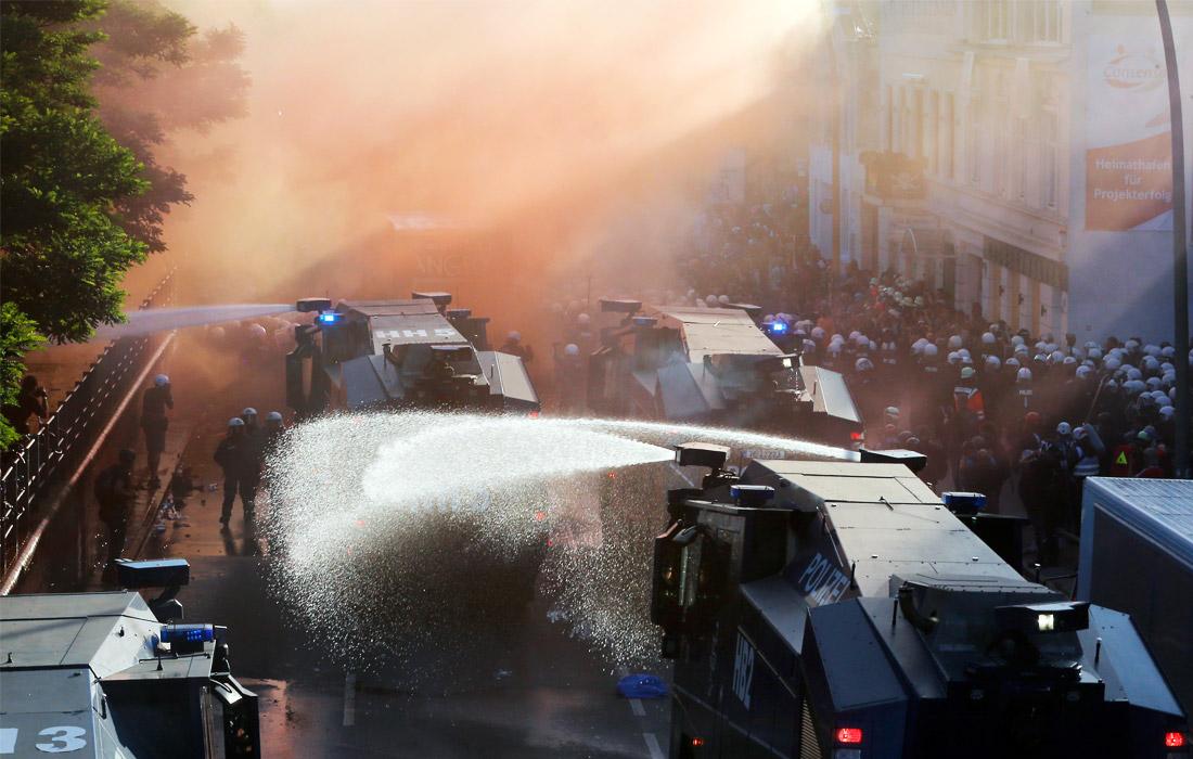 Протестующие начали бросать в стражей порядка петарды. В ответ на это полицейские применили против демонстрантов водометы.