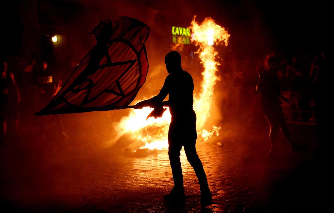 Столкновения протестующих с немецкими полицейскими продолжались всю ночь. Радикальные активисты забрасывали стражей порядка файерами, поджигали мусорные баки и автомобили.