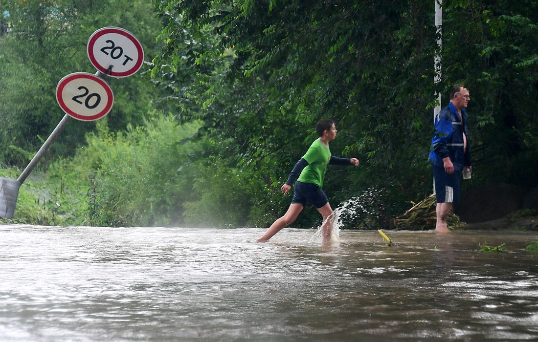 В подтопленном Уссурийском городском округе в Приморье начались аварийно-восстановительные работы начались, спасатели откачивают воду из подтопленных домов