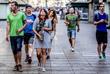Жители Барселоны несут цветы на место трагедии